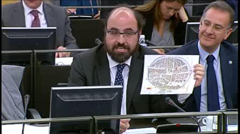 Máximo López muestra el plano de Aranda en su defensa de esta moción