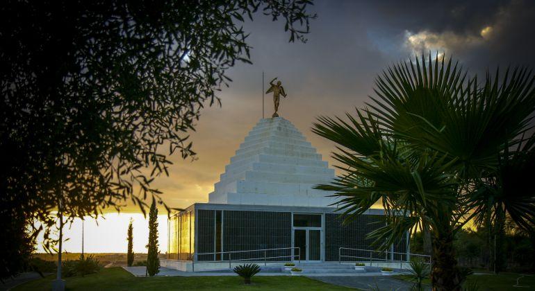 Pirámide conmemorativa en el cementerio mancomunado de Chiclana