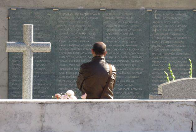 El familiar de un represaliado observa los Muros del a Memoria del Cementerio de la Salud en Córdoba