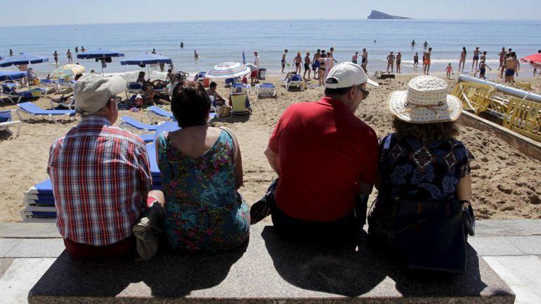 Turistas del Imserso en una playa de la isla