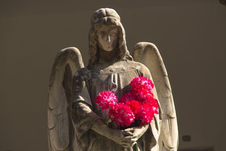 Una de las esculturas funerarias que se pueden ver en el cementario sacramental de San Isidro de Madrid