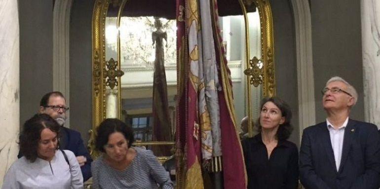 La portavoz de VLC en Comú y el Alcalde Joan Ribó observan la Senyera en uno de los actos del pasado 9 d'Octubre
