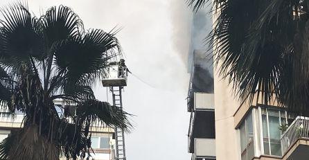 Els bombers treballant per extingir l'incendi del carrer Saragossa