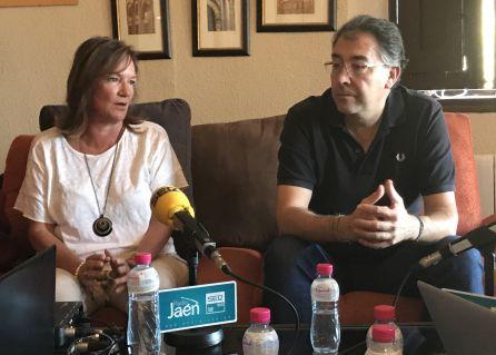 La administradora del cortijo, Matilde Blanco, y el alcalde de Navas de San Juan, Joaquín Requena.