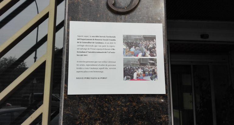 Fotografia feta avui dijous, 2 de novembre, del cartell col.locat a la façana dels SS.TT de Treball, Afers Socials, i Famílies