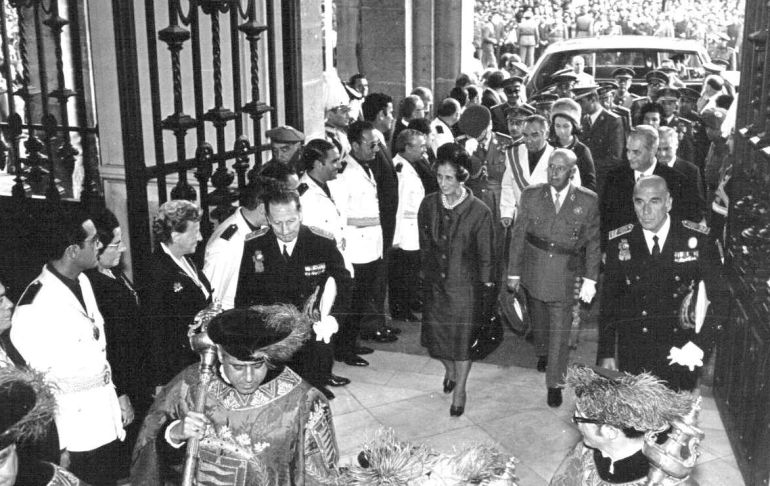 Francisco Franco y su mujer, acompañados por los príncipes, entrar en el Ayuntamiento de Valladolid
