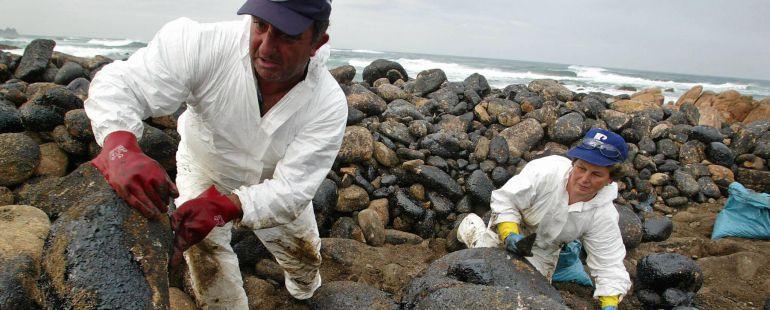 Limpieza del chapapote del Prestige cerca de cabo Vilán
