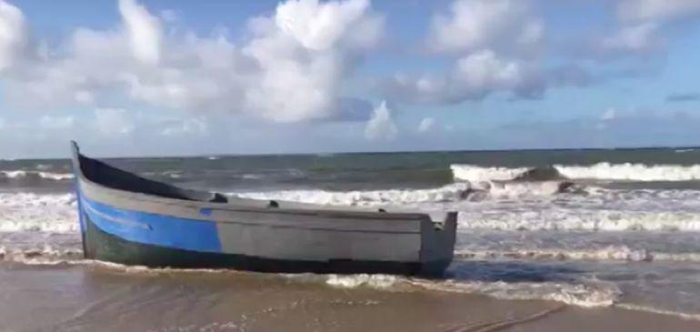 Imágenes de la patera encallada en la playa Victoria de Cádiz