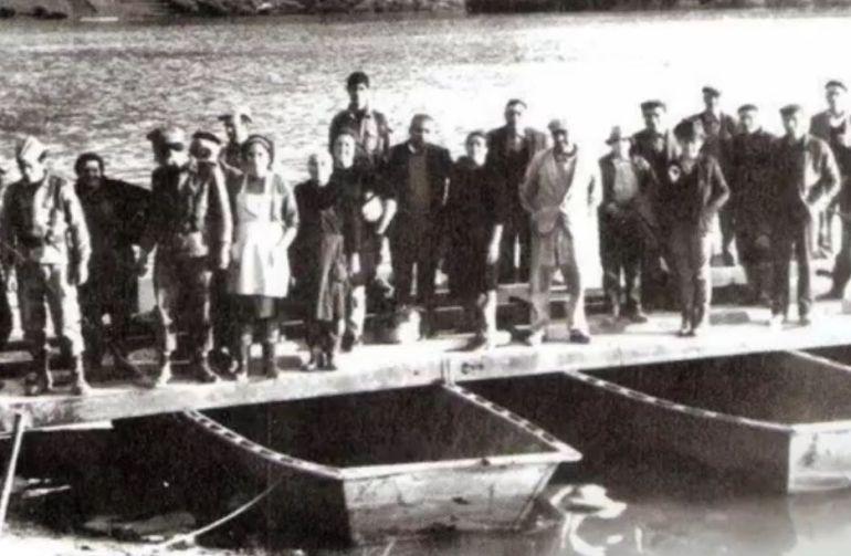 Vecinos de Iznájar en las barcazas que comunicaban una y otra orilla del pantano