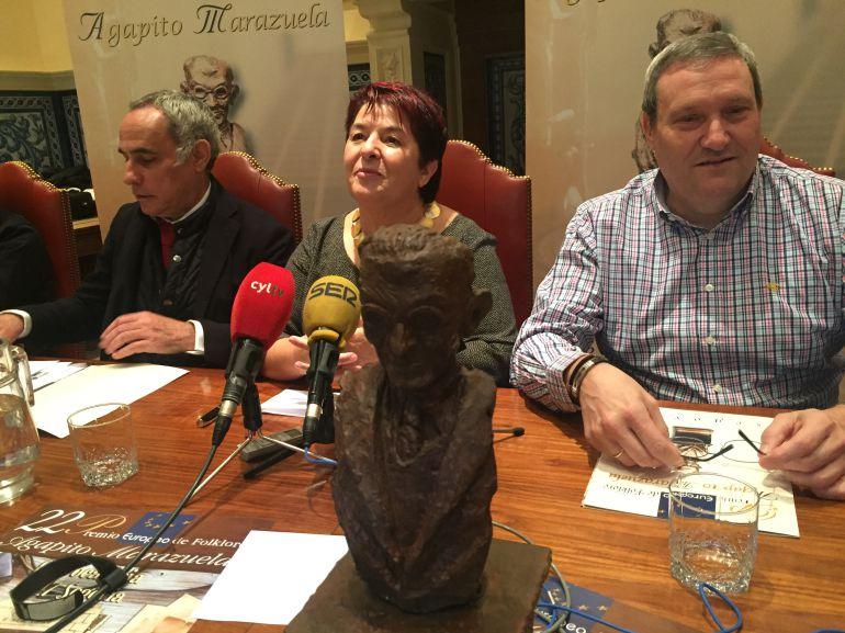 La alcaldesa, Clara Luquero, junto a los presidentes de la Ronda Segoviana, Carmelo Gozalo (d), y el jurado del premio, Joaquín González Herrero (i).