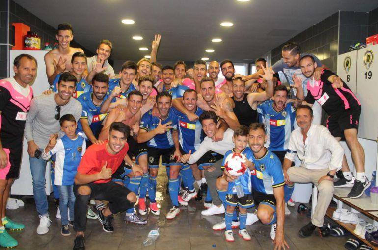 La plantilla celebra, en el vestuario, la victoria ante At. Baleares