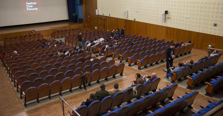 Asistentes a una de las proyecciones del Festival de Cine de Porcuna.