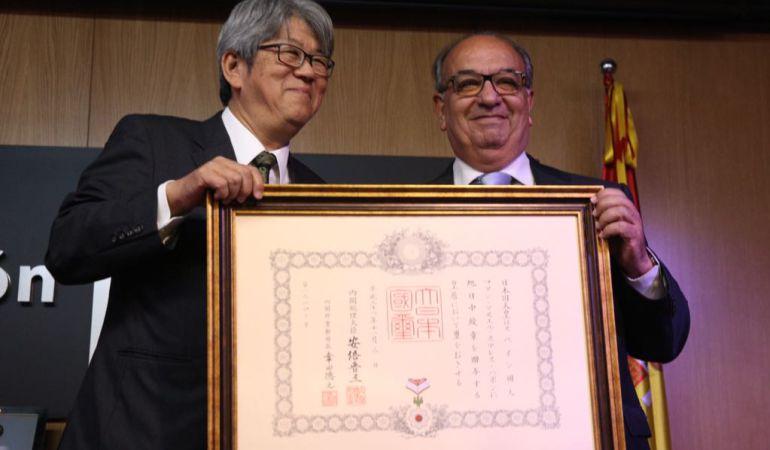 Juan Manuel Suárez Japón, a la derecha de la imagen, en el momento de recibir la Orden del Sol Naciente