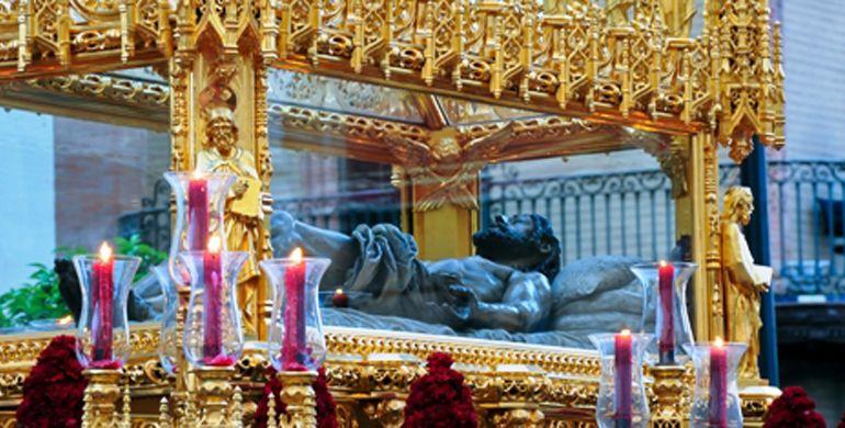 El Cristo Yacente en su paso procesional
