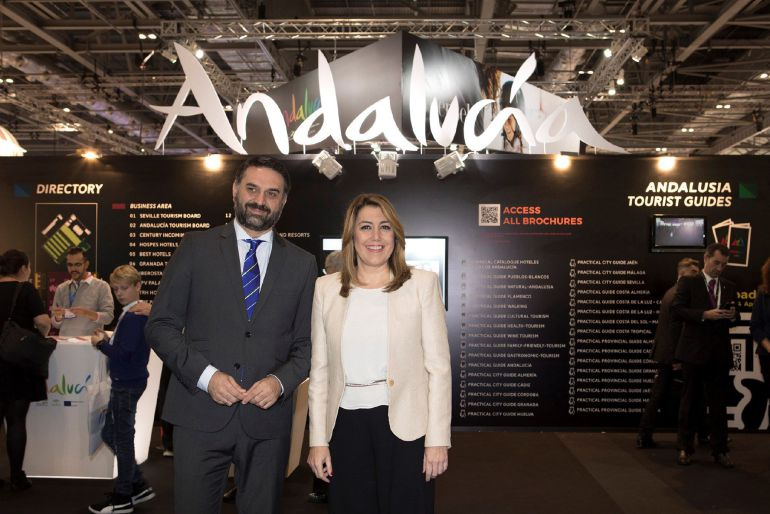 La presidenta de la Junta de Andalucía, Susana Díaz, junto al consejero de Turismo y Deporte, Francisco Javier Fernández, ante el pabellón de Andalucía en la feria World Trade Market (WTM) de Londres