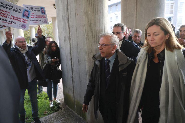 Las víctimas abuchean al jefe de seguridad de Renfe