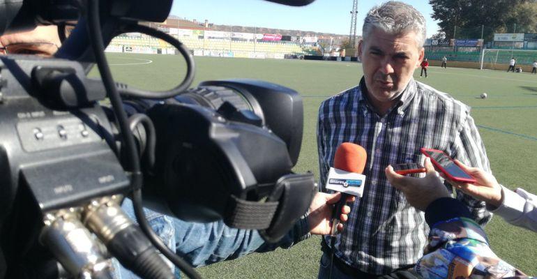 Joseba Aguado, ya ex entrenador del Linares Deportivo, atiende a los medios después del partido frente al Guadix.