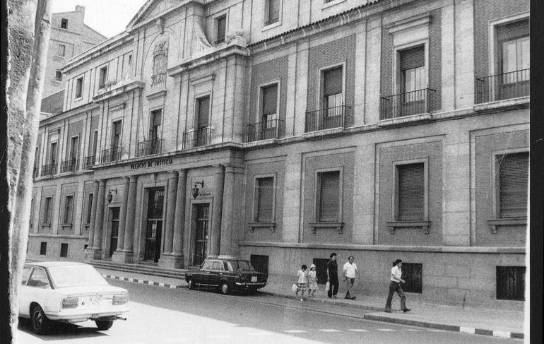 Exterior del Palacio de Justicia, en calle Angustias, en la década de los 70