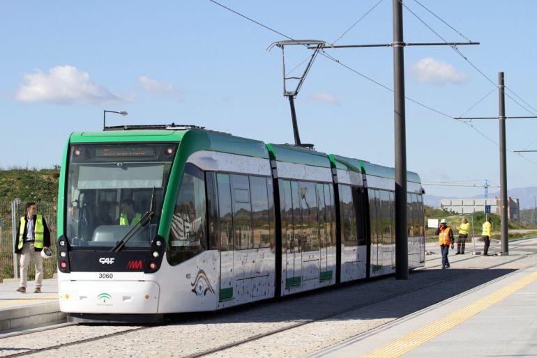Málaga, Metro, accidente, heridos, sucesos: Dos heridos tras colisionar un turismo contra el metro de Málaga