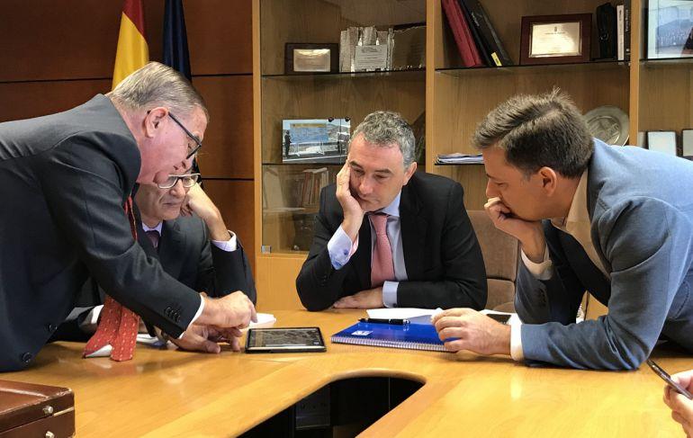 Manuel Serrano (izda.) en el encuentro mantenido con el director general de carreteras