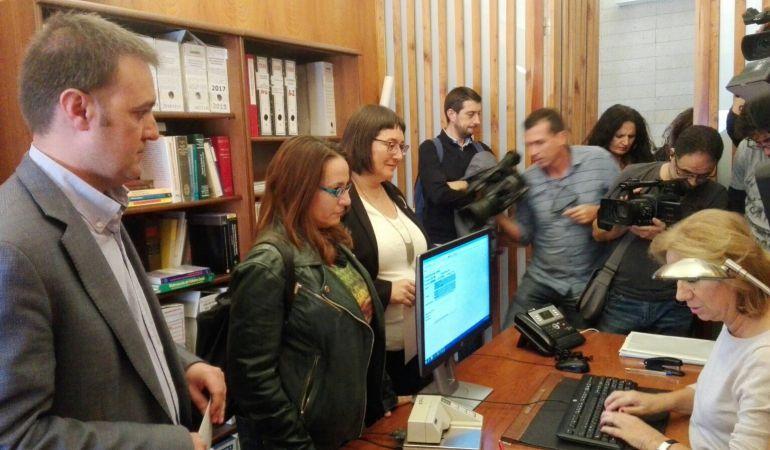 Los ediles de Compromís, Natxo Bellido (i), María José Espuch y Sonia Tirado (d), en el momento de presentar su renuncia ante la Secretaría General del Pleno.