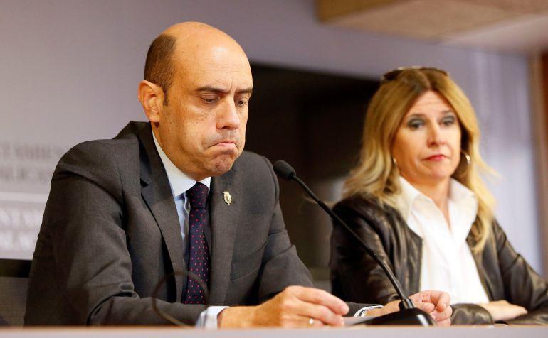El alcalde de Alicante, el socialista Gabriel Echávarri, durante la rueda de prensa que ha ofrecido hoy en la que ha afirmado que no tiene intención de dimitir del cargo debido a que aún no se le ha abierto juicio oral y, sobre todo, para evitar que la alcaldía recaiga en el PP.