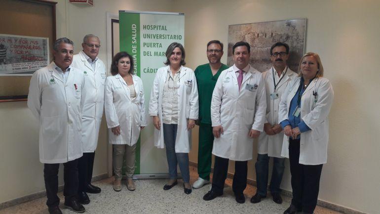 El director del Puerta del Mar, Fernando Forja (tercero por la derecha), en la presentación de los datos de trasplantes renales de 2017