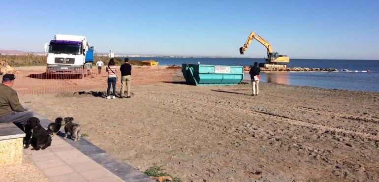 Se retira el último espigón en la playa de Punta Brava