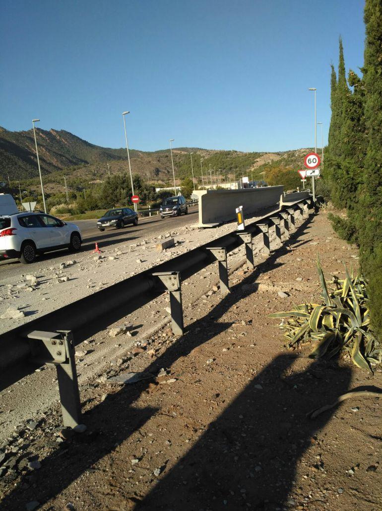 BENICÀSSIM: La caída de dos vigas de un camión obliga a cortar el tráfico en la N-340