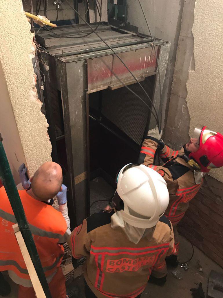 Un trabajador fallece aplastado por un ascensor en la calle Navarra