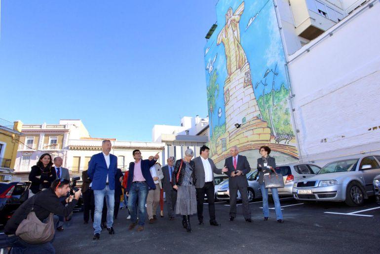 El alcalde destaca el atractivo que gana la zona del antiguo mercado con las obras de arte de Espuelas: El alcalde valora la mejora paisajística del solar del antiguo mercado del Carmen