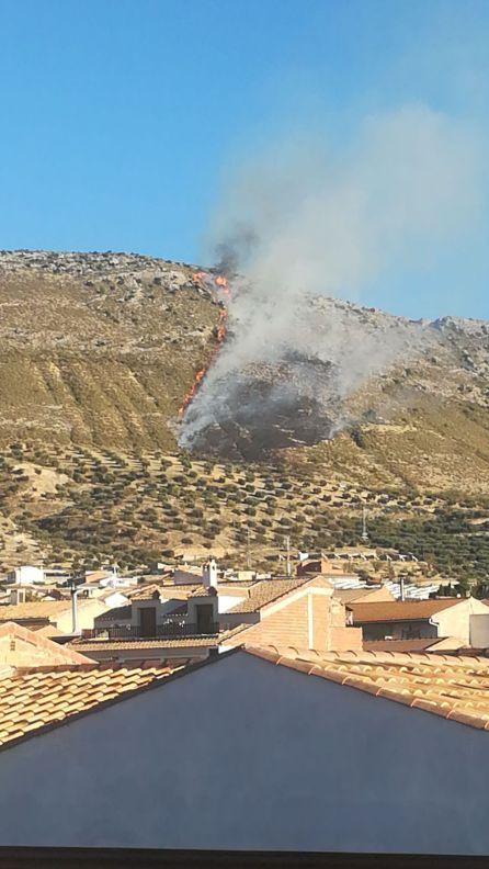A distancia se veía la magnitud del fuego ascendiendo ladera arriba