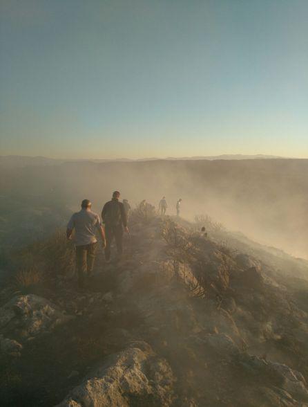El grupo de vecinos de Huesa no se lo piensa dos veces e intenta impedir que avance el fuego en la cresta del monte mientras llegaban los equipos de extinción