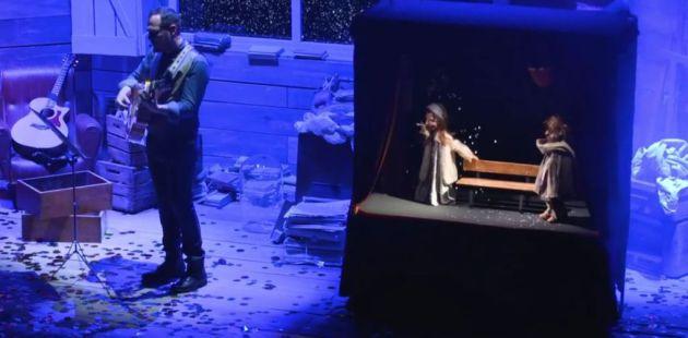 Imagen del videoclip de la canción 'Nieve' de Ismael Serrano con las marionetas de Cacaramusa.