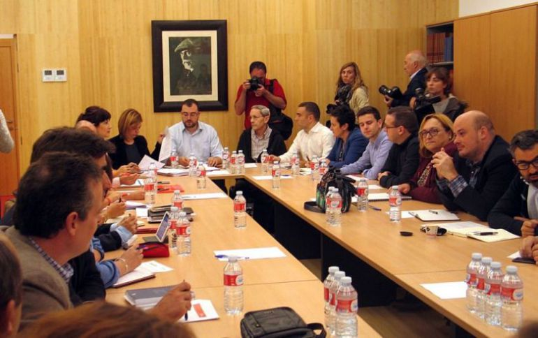 Reunión de la comisión ejecutiva de la FSA. Al fondo en el centro de la mesa, el secretario general Adrián Barbón.