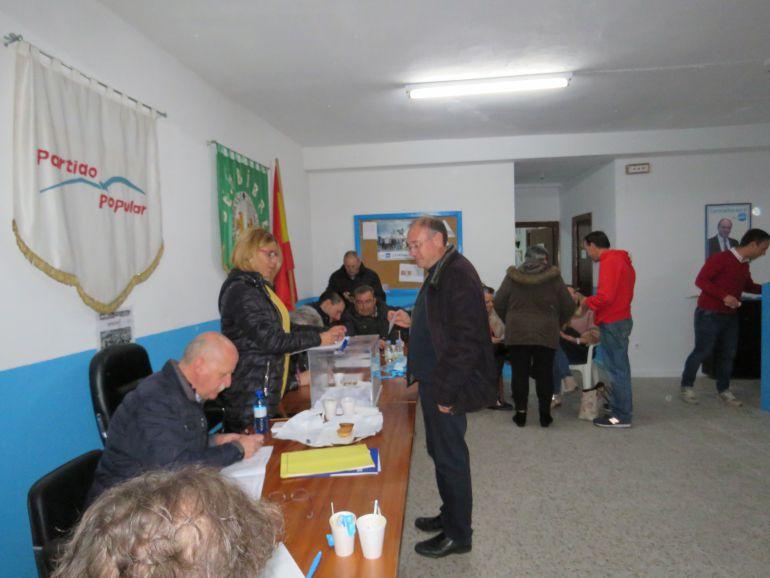 Sigifredo Benavides en el momento de su votación