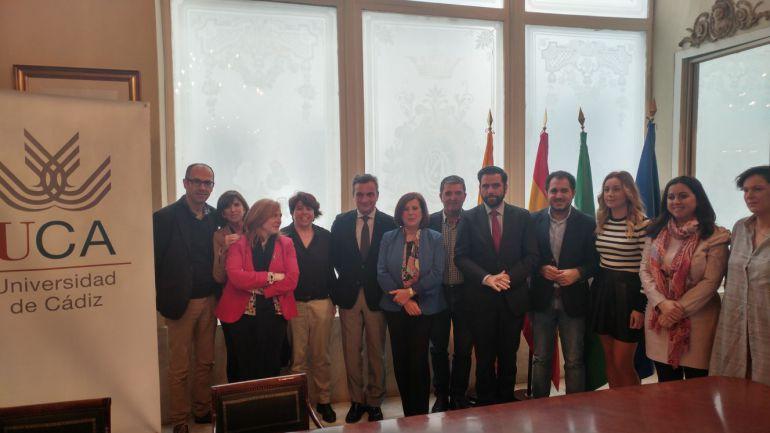 El rector de la UCA, Eduardo González Mazo, y la consejera de Igualdad, María José Sánchez Rubio, acompañados de distintos cargos institucionales tras la firma del acuerdo