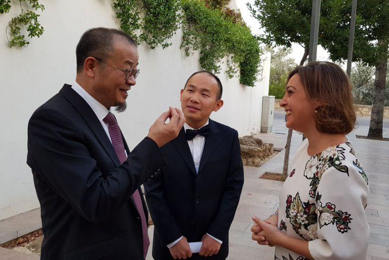 Jianping Fu con la alcaldesa, Isabel Ambrosio, durante la celebración de Flora.