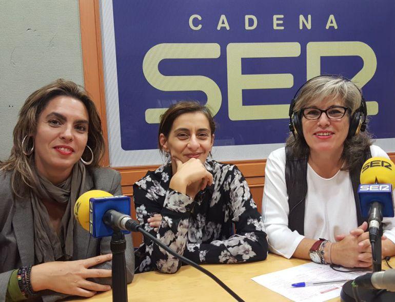A izquierda y derecha, Lourdes Pastor y Rafaela Pastor, en el estudio en Radio Córdoba.