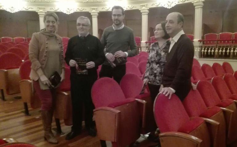 Los responsables municipales y del Cor Illa de Menorca presentaron la gala  lírica de este domingo.