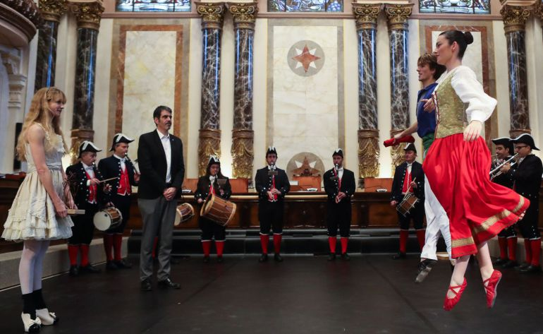 El alcalde de San Sebastián, Eneko Goia, junto a la bailarina donostiarra Alicia Amatriain durante el acto de homenaje que la corporación municipal ha rendido a la artista.