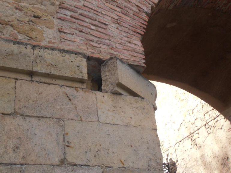 Desperfecto en el arco de San Cebrián