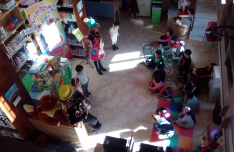 Un grupo de niños participa en un cuenta cuentos organizado en la Biblioteca de Navalmanzano