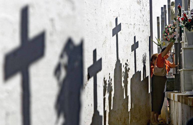 Un juez de Sevilla prohibe a una familia acercarse a la tumba de un pariente