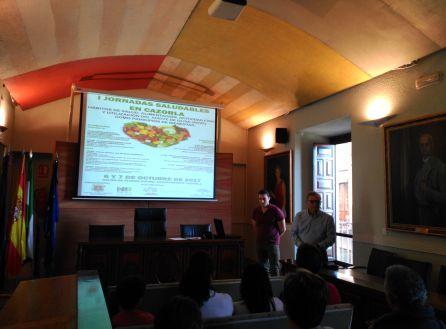 El concejal de salud, José Hidalgo y el coordinador del programa; Javier Gómez explican el programa.