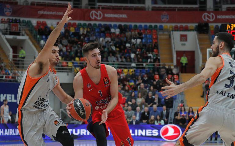 EPA603. (RUSIA), El jugador de CSKA de Moscú De Colo (C) se enfrenta a Alberto Abalde (izq) y Joan Sastre (dcha), del Valencia Basket, durante su partido de Euroliga de baloncesto en Moscú (Rusia) hoy, 9 de noviembre de 2017. EFE, Sergei Ilnitsky