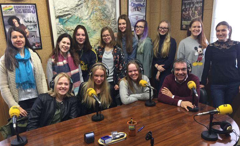Alumnas y profesores en el estudio de SER Cuenca.