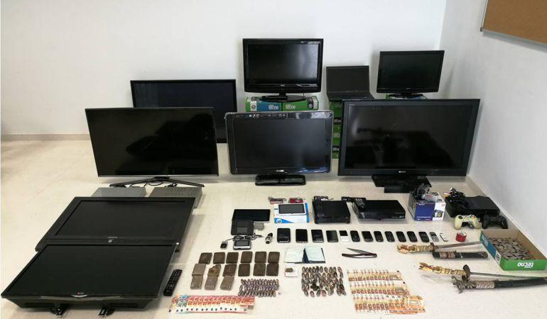 Varios de los aparatos electrónicos y objetos recuperados por la Guardia Civil y valorados en más de 10.000 euros.