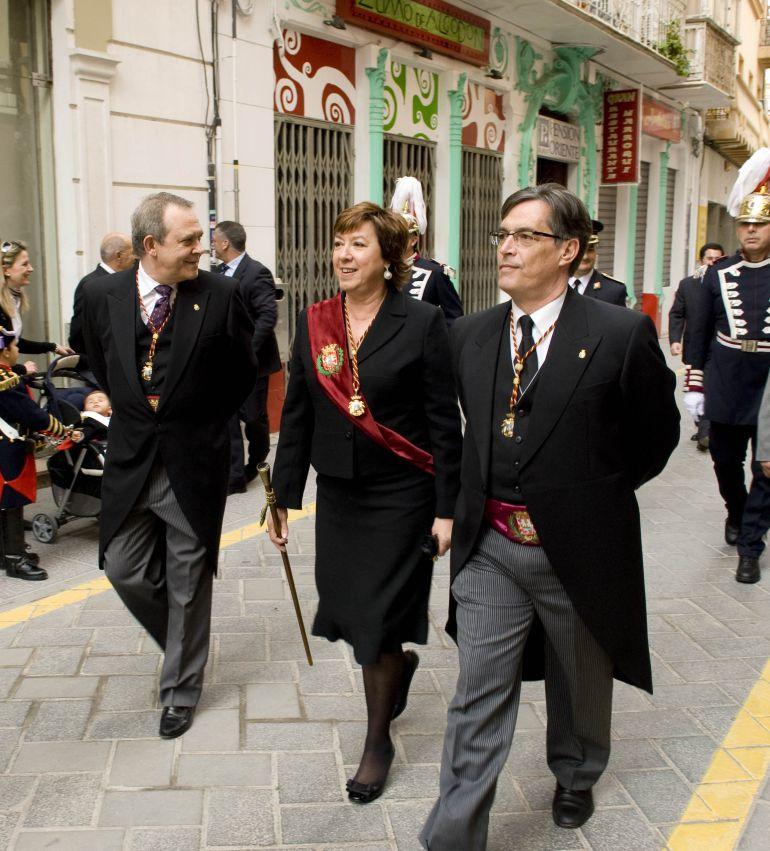 Foto de archivo de los actos de la Onza de Oro en el año 2010. Figuran Pilar Barreiro, Agustín Guillén, y José Vicente Albaladejo
