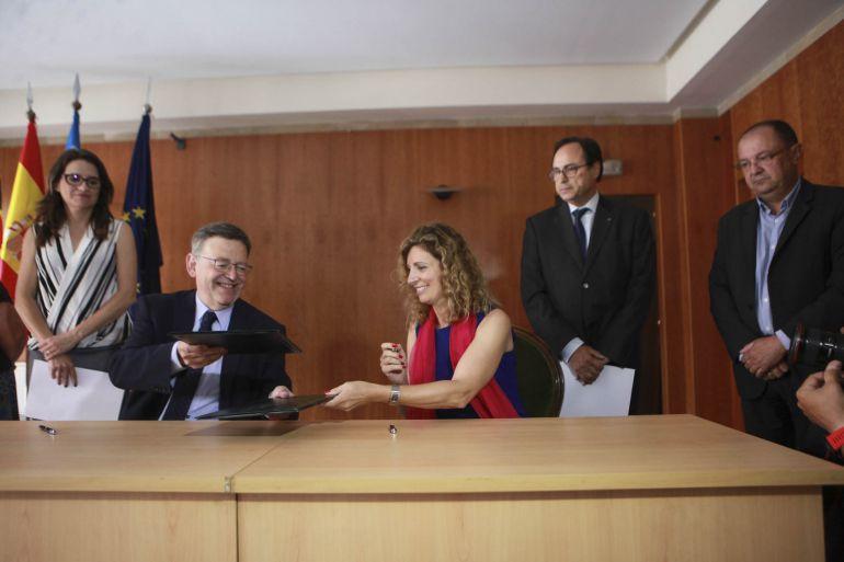 Firma de la cesión del inmueble, en mayo de 2017